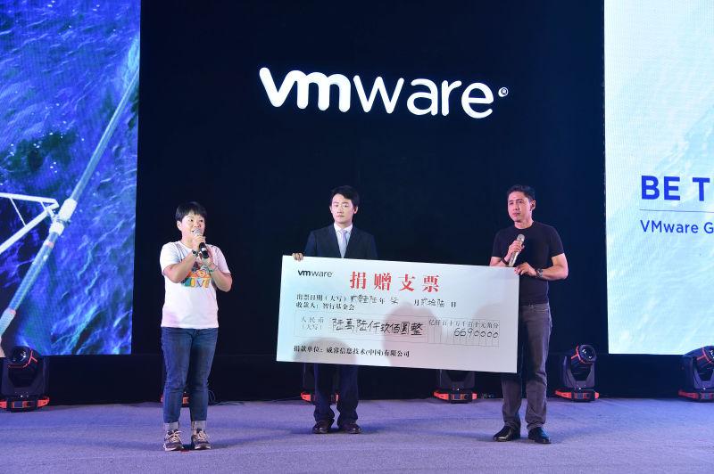 VMware大中华区总裁郭尊华先生向智行基金会昆明办公室主任陈蓉女士捐赠爱心善款